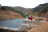 一个红衣女子望着山景