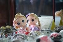 玻璃展示柜里的娃娃