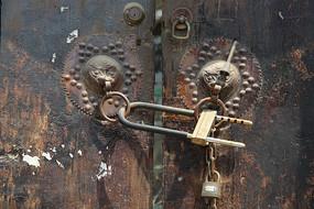 传统狮子门扣和铁锁