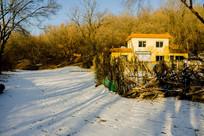 雪地树木影子小楼