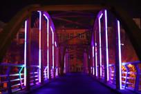荧光灯中的天桥