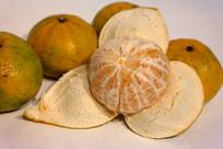 剥开皮的新会大红柑橘子茶枝柑