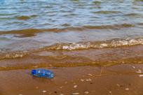 被丢弃在海边的塑料瓶