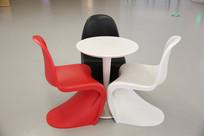 红白黑造型椅子和茶几