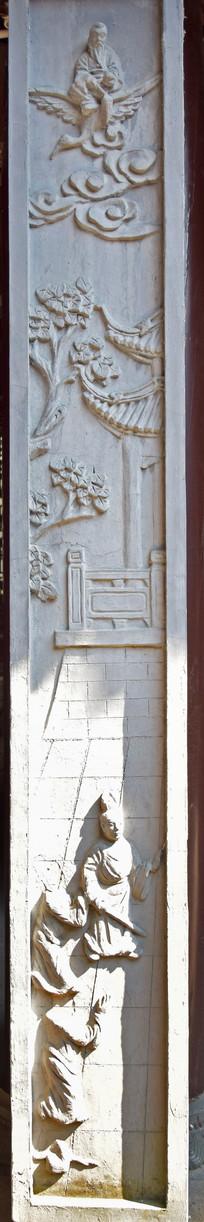 老宅院里的人物石雕