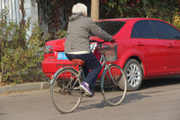 骑行的白发老人