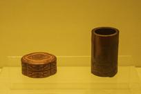 双鱼海棠式盒与山水楼阁笔筒