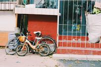 屋内的玩具和屋外的自行车