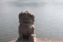 湘湖背向阳光和碧水的石狮子
