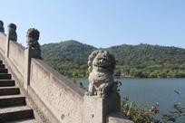 湘湖碧水蓝天和桥上石狮子