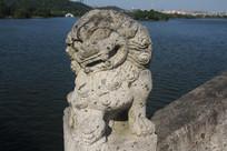 湘湖水上桥沿扭头的石狮子
