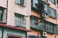 阳台上的向日葵风车