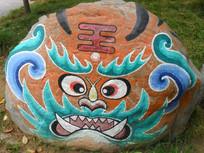 岩石上的青面獠牙图案