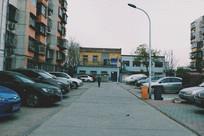 一个人走在街上的孤独