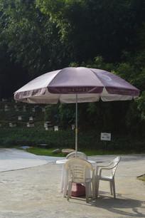 遮阳伞和餐桌