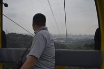白云索道缆车男游客远眺风景
