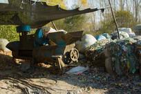 粉碎机器与堆放的碎塑料
