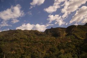 蓝天白云下的青山