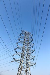 蓝天背景下的高压线电线架子