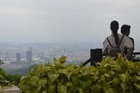一对情侣白云山上远眺广州城