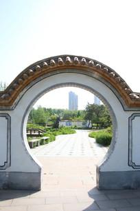 白墙墙圆拱门