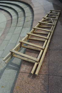 地上一把木梯
