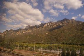 蓝天白云下的大山