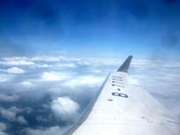 蓝天上的B7700机翼