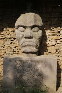 人面面图腾雕像