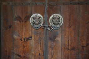 狮子子门扣木门背景