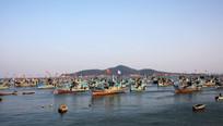 停满渔船的海港