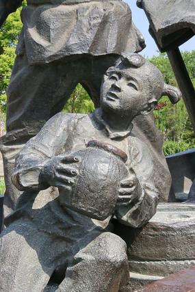铜雕抱抱坛子的小女孩
