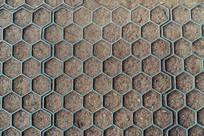土地上的金属蜂巢