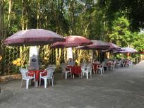 一排遮阳伞餐桌座椅
