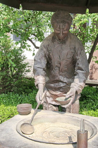 制作甜沫的妇女雕像