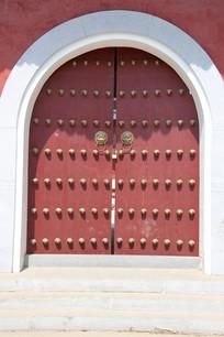 大红色乳钉对开拱门