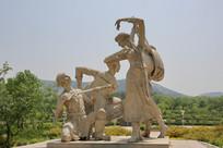 弹琴跳舞的维族青年
