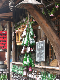 挂着啤酒瓶的酒吧老屋