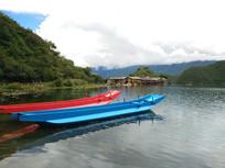 泸沽湖岸边的彩色船