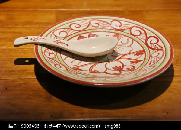 荷花汤勺和瓷盘图片