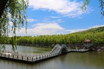 湖面石拱桥与青山绿水