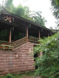绿树后的古建筑长廊