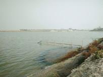 妈祖庙旁的河流的渔网