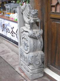 门前的石刻狮子与传统雕花