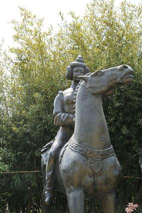 骑马的宫女雕像