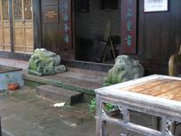 青石台阶旁的石雕蟾蜍