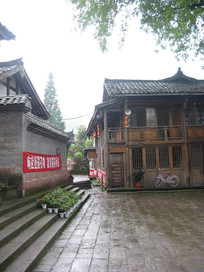 青石台阶与老建筑
