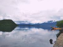 似水墨画的泸沽湖美景