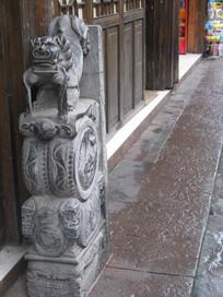 有石狮石墩的古建筑
