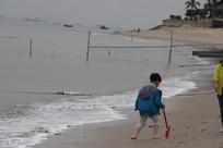 海边玩耍的小男孩